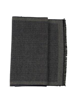 Серый шарф с орнаментом
